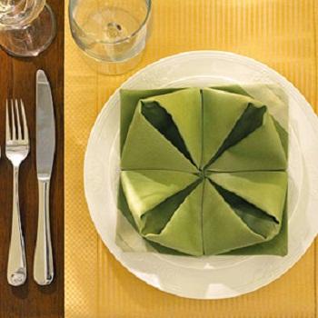 langkah langkah napkin folding